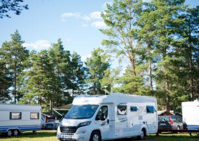 Sveriges 16 bästa campingplatser 2021 - Orsa camping - Husbil bland gröna tallar